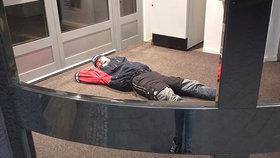 Když musíš, tak musíš! Bezdomovec si ustlal v Havířově u bankomatu a usnul jako mimino