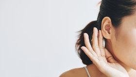 Zánět středního ucha: Jak jej poznáte a kdy je potřeba k lékaři?