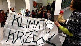 """Stávkující studenti chtějí strávit noc na """"fildě"""". Vedení nesouhlasí, zasáhne policie?"""