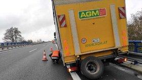 Náklaďáku na D6 upadla dvě zadní kola! Řítila se po dálnici jako neřízená střela a sejmula dvě auta