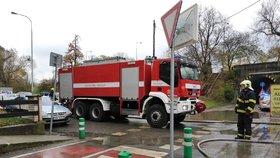 Plameny a dým v Libni: Hořel karavan i tráva, zasáhnout museli hasiči