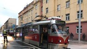 V Dělnické hořela tramvaj: Na místě museli zasahovat hasiči