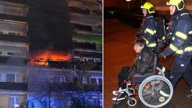 Vděčná objetí a slzy dojetí: Vozíčkáři z vyhořelého domu na Černém Mostě poděkovali svým zachráncům