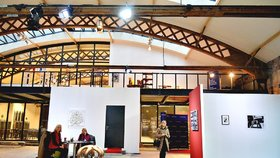 Přes 50 umělců vystavuje na Palmovce v unikátním prostoru: Jaké nejdražší dílo tovární hala ukrývá?
