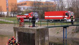 Na hladině hostivařské nádrže se objevila ropná skvrna: Hasiči zabránili úniku do Botiče