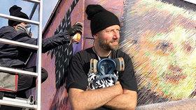 Osm obřích tváří na zdi v pražských Holešovicích: Koho ztvárnil umělec David Strauzz?