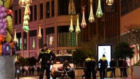 Muž s nožem si počkal na slevy. Policie zadržela podezřelého z útoku v Haagu