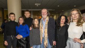 Bolek Polívka vyvenčil početnou rodinu: Tihle jsou z posledního vrhu, chlubí se