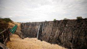 Světoznámé Viktoriiny vodopády vyschly na okresní potůček. Přestanou lákat turisty?