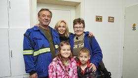 Petře byly tři malé děti na obtíž, tak je dala do ústavu. Prarodiče z Mise nový domov o ně bojují!