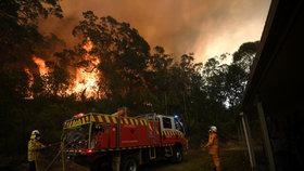 Ohnivé peklo nebere konce: Hasiči v boji s plameny v Austrálii prohrávají, přijdou další vedra