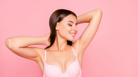 Nejčastější mýty o zvětšení prsou: Opravdu nesmíte běhat, plavat nebo kojit?