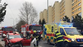 Vážná nehoda na Chodově: Stařečka (71) museli vyprostit, dva zranění