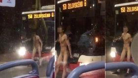 """VIDEO: Do mrazu vyrazil """"na Adama""""! Po zastávce v Michli pobíhal naháč a """"zápasil"""", skončil na psychiatrii"""
