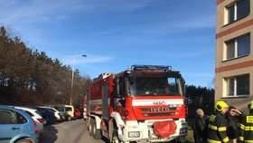 Poplach v Letňanech. K požáru bytu vyrazilo několik hasičských jednotek i záchranáři