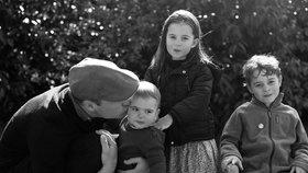 Královský souboj vánočních fotek? Kate s Williamem zveřejnili rodinný portrét! Jak uspěli?