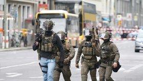 Panika v Berlíně: Lidé hledali úkryt. Střelba při pokusu o loupež u Checkpointu Charlie?