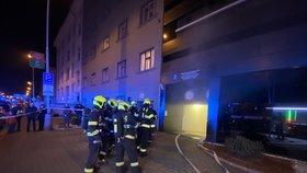 Hořel luxusní hotel v Praze 5: Hasiči museli evakuovat přes 100 lidí! Kdo požár způsobil?