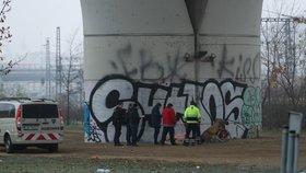 Mrazy si vybírají daň: Mrtvý muž na Žižkově pod mostem, nejspíš umrzl