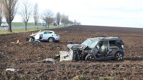 Čelní střet dvou osobáků na Kolínsku: Těžce zraněné museli z aut vyprošťovat