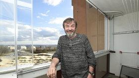 Takhle bydlí na sídlišti herec Alexej Pyško. Manželka ho občas pouští i do ložnice