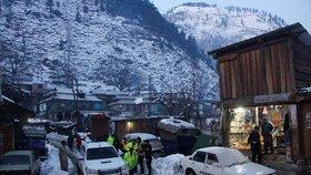 Laviny pohřbily v Kašmíru 160 lidí. Záchranáři bojují v troskách domů o čas