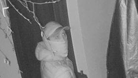 Tipoval domy pro vykradače?! Kamery zachytily muže v Petříkově u Prahy, hledá ho policie