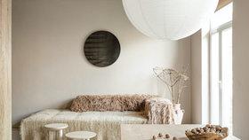 Láska na pohled i dotek! Přírodní dekorace a látky vnesly do bytu osobitou atmosféru
