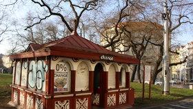 Slavný kiosek u Hlaváku končí: Posprejovanou památku prodává majitel za tři miliony