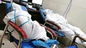 """""""Pacienti nám vyhrožovali pobodáním."""" Vyčerpaní lékaři z Wu-chanu už nemohou dál"""