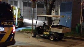 Bizarní nehoda u Žižkovské věže: Žena bourala v golfovém vozíku se smetím