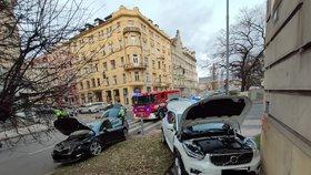 Děsivá nehoda dvou aut na Smíchově: Vůz vylétl na chodník a vážně zranil chodce! Jeden z řidičů pil