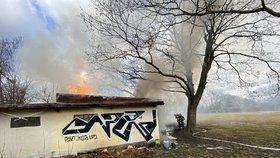Oblaka dýmu nad Břevnovem: Hasiči vyráželi k fotbalovému hřišti, hořela přilehlá budova