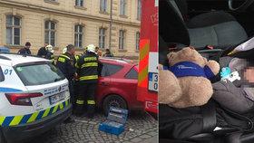 Matka dala dítě do auta, to se zamklo i s klíči uvnitř! Zachránili ho hasiči, dojemný dárek