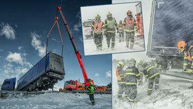 Takhle vypadá zima! Hasiči na Bruntálsku ve sněhové vánici vyprošťovali zapadlý kamion