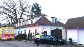 Luxusní jaguar napasovala v pražských Hrdlořezích do domu: Řidička skončila v nemocnici