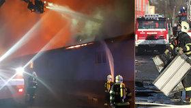 Mohutný požár střechy v Úvalech komplikoval silný vítr: Škoda deset milionů