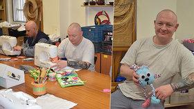 Terapie ve vězení v Karviné: Odsouzení šijí hračky pro děti, ty jim za to píší dopisy