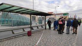 Velké manévry kvůli opuštěnému kufru! Na Hradčanské nestavěly tramvaje ani metro
