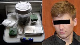Vlakem převážel celý kontraband: Drogy, varnu i stříkačky! Na rok do vězení se Petrovi nechce