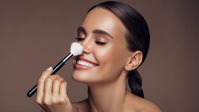 Make-up trendy pro rok 2020: Bílá linka, husté obočí a lesk na rty
