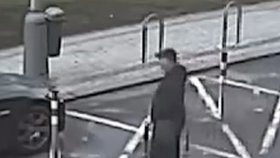 VIDEO: Vandal řádil na Andělu: Kopal do aut, ničil karoserie. Škoda sto tisíc!