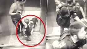 Děsivé záběry: Chlapce (18 měs.) ve výtahu napadl rozzuřený buldok! Zvíře se dítěti zakouslo do nohy
