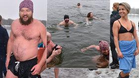 Vodní radovánky na Kamencovém jezeře: V ledové vodě si zaplavaly desítky otužilců!