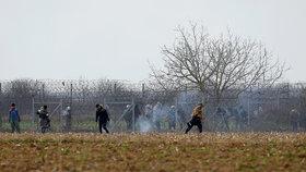 Proti tisícům uprchlíků použili slzný plyn. Hamáček: Pomoc Řecku odesíláme