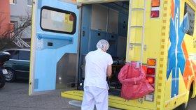 Dítě nakažené koronavirem vypadlo z okna: Do karantény teď musí záchranáři i policie