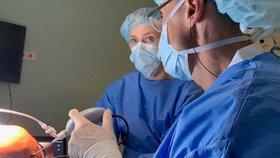 Ve Znojmě vyzkoušeli revoluční metodu: Vyšetření kolene nanoskopem a za pár minut domů