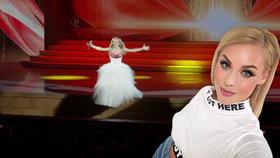 Zpěvačka spadla při koncertu z pódia a zlomila si nohu: Pokračovala vleže na podlaze