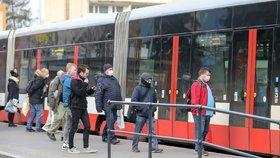 Do tramvaje už předními dveřmi nenastoupíte. Dopravní podnik změnil pravidla, otevře i prodejní místa