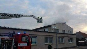 V Praze 8 časně ráno hořelo: Hasiči museli nasadit speciální techniku